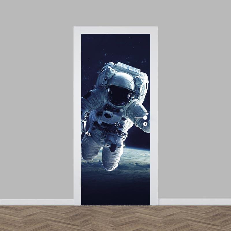 Adesivo per porta Astronauta vicino alla terra